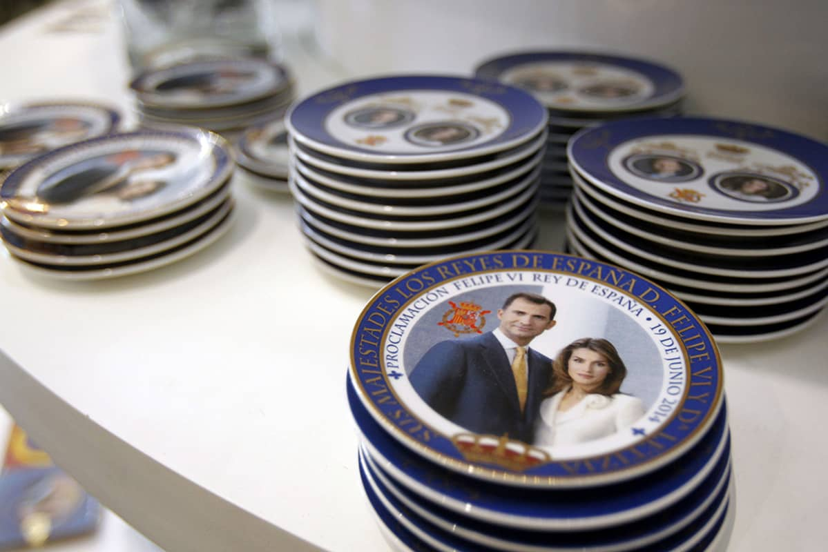 Kuningas Felipe VI:n ja kuningatar Letizian kuvilla varustettuja lautasia myynnissä Madridissa 18. kesäkuuta.