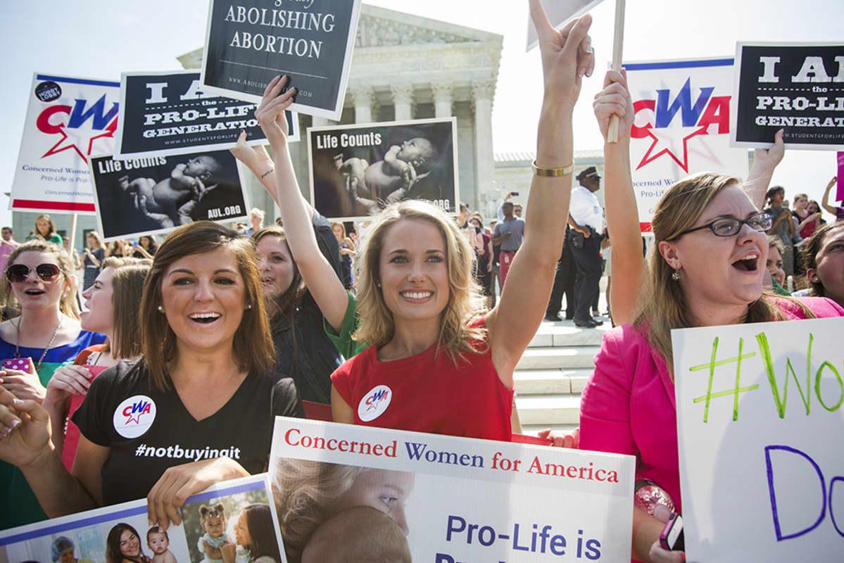 Abortin vastustajat iloitsivat oikeuden päätöksestä Washingtonissa, USA:ssa maanantaina.