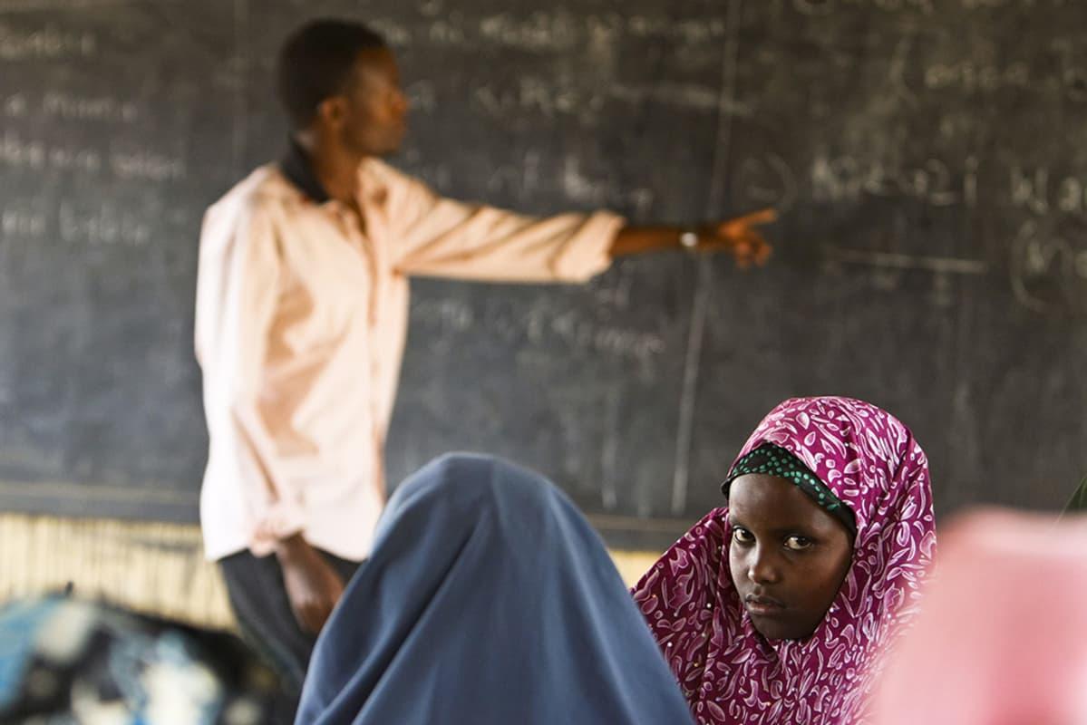 Somali-tyttö osallistui opetukseen Dagahaleyn pakolaisleirillä Keniassa vuonna 2011.