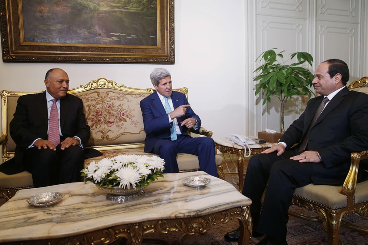 Yhdysvaltain ulkoministeri John Kerry (kesk.), Egyptin ulkoministeri Sameh Shukri (vas.) sekä presidentti Abdel Fattah al-Sisi (oik.) tapasivat Kairossa 22. heinäkuuta 2014.