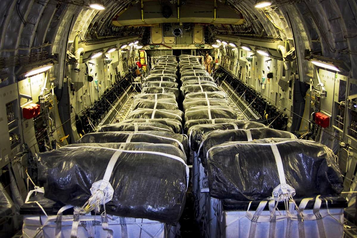 Yhdysvaltain ilmavoimien koneen vesilastilla ladattu ruuma lentotukikohdassa Quatarissa juuri ennen lähtöään Irakiin 8.elokuuta 2014.