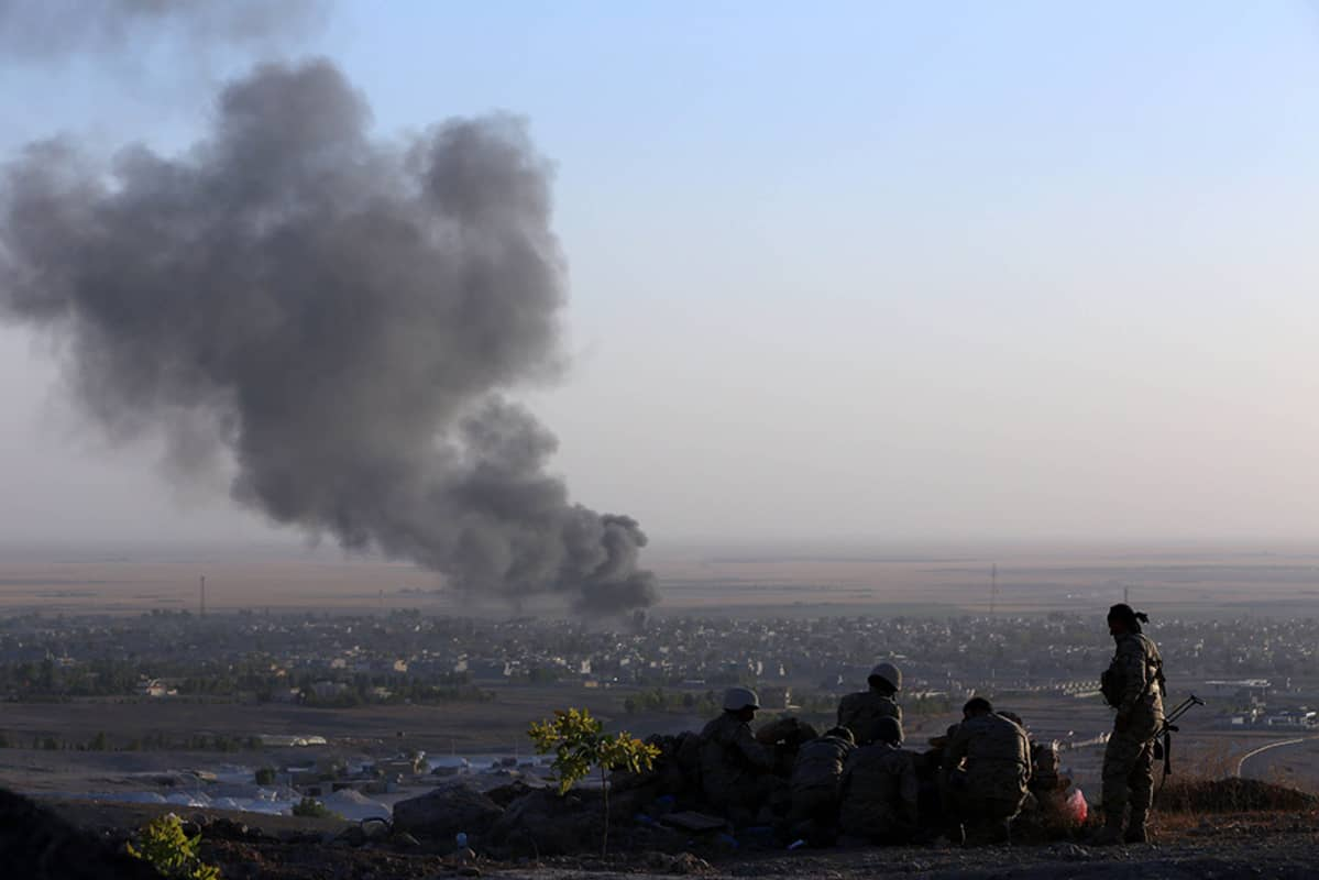 Irakin kurditaistelijoita Makhmurin kaupungin edustalla taistelujen jatkuessa jihadisteja vastaan 9. elokuuta 2014.