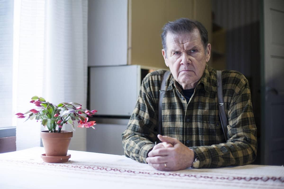Antti Litja Mielensäpahoittaja-roolissa.