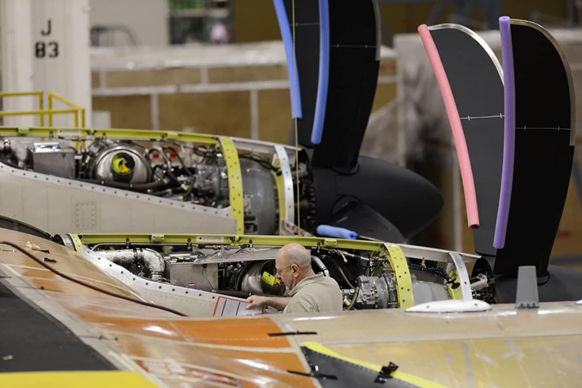 Mies rakentaa armeijan lentokonetta.