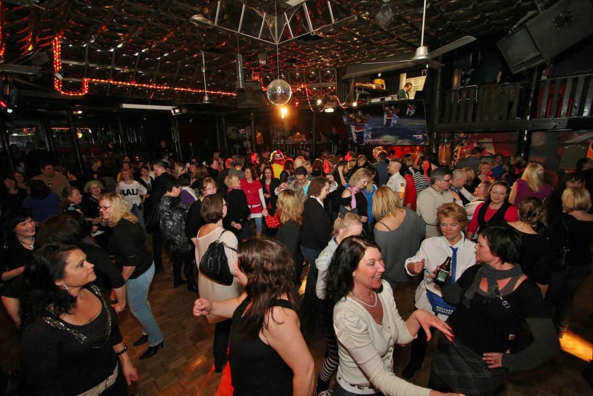 Tanhuhovin disco täyttyy julijoista vielä kerran tänä viikonloppuna.