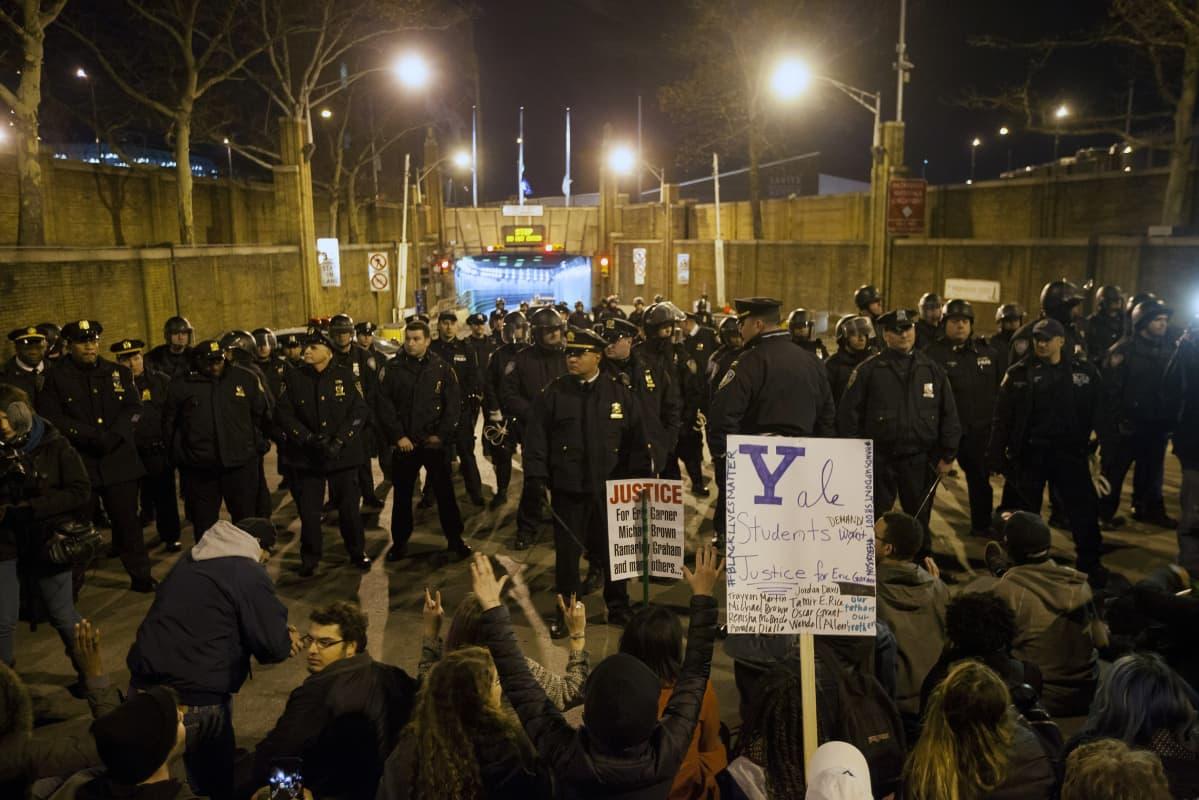 Mielenosoittajat ja poliisi vastakkain New Yorkissa Yhdysvalloissa 3. joulukuuta.