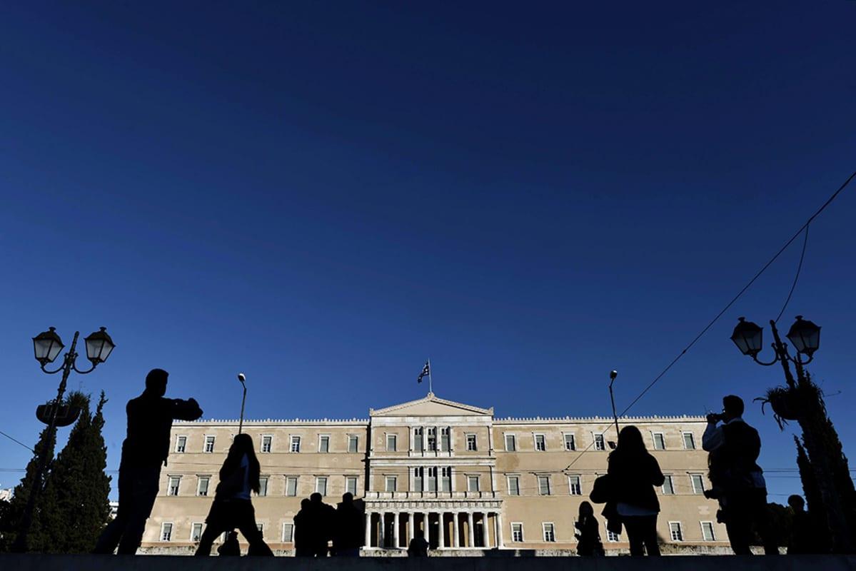 Ihmisiä Kreikan parlamentin edustalla Ateenassa 17. joulukuuta 2014.