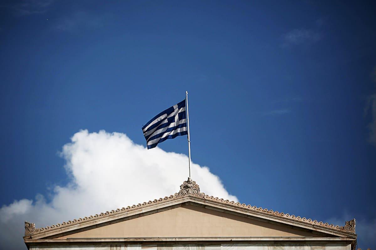 Kreikan lippu liehuu maan parlamentin katolla 25. tammikuuta.