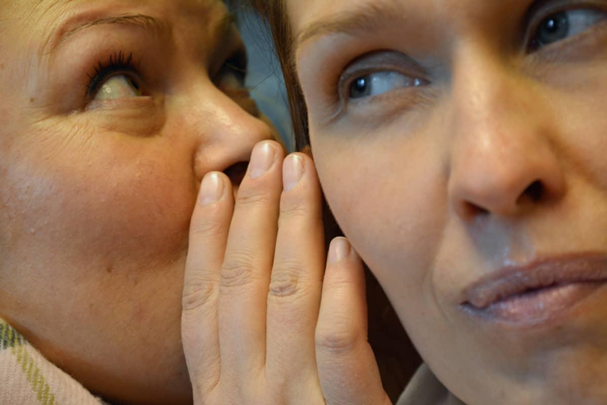 Kaksi naista supattelee.