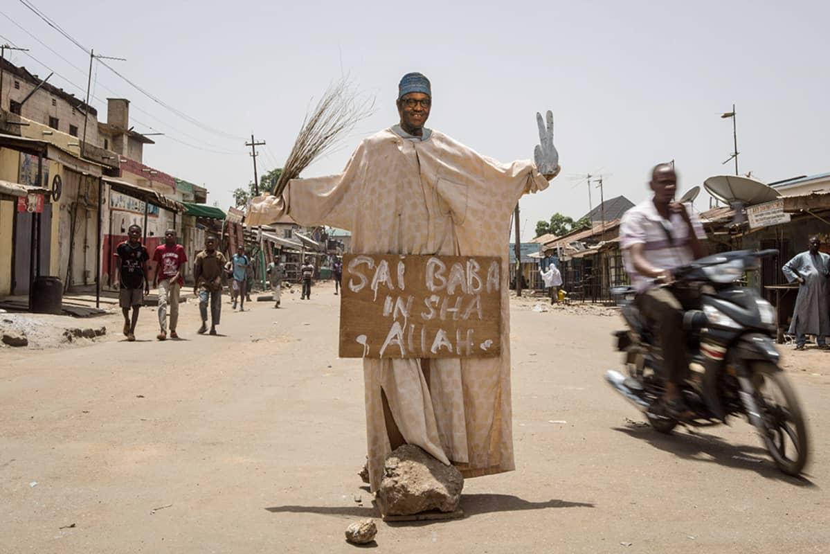 Muhammadu Buharin pahvikuva.