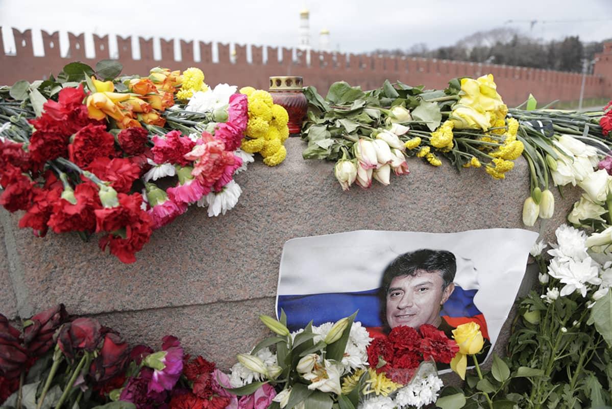 Kukkia ja kynttilöitä Boris Nemtsovin murhapaikalla Moskovan keskustassa