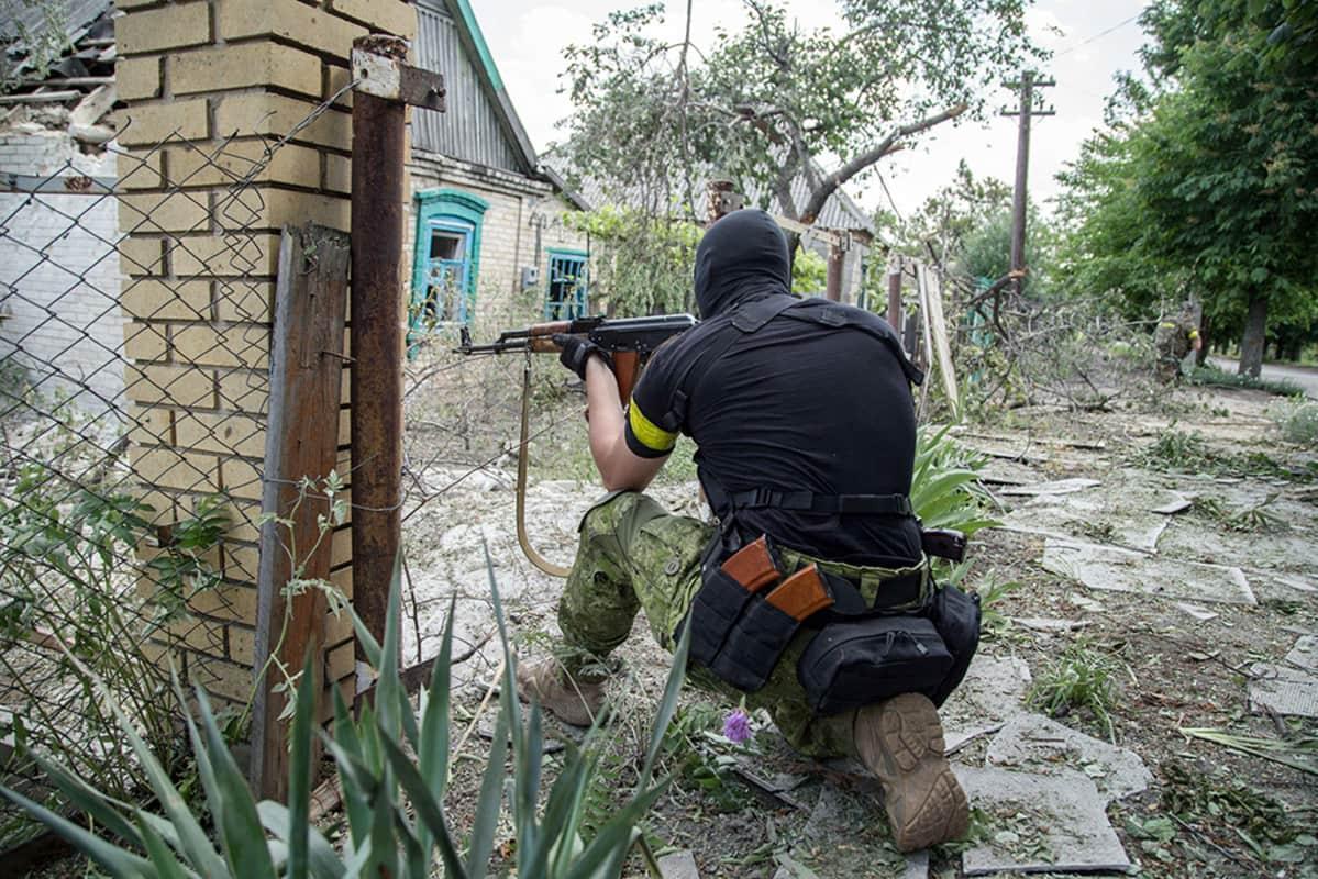 Ukrainalainen sotilas taisteluasemissa.