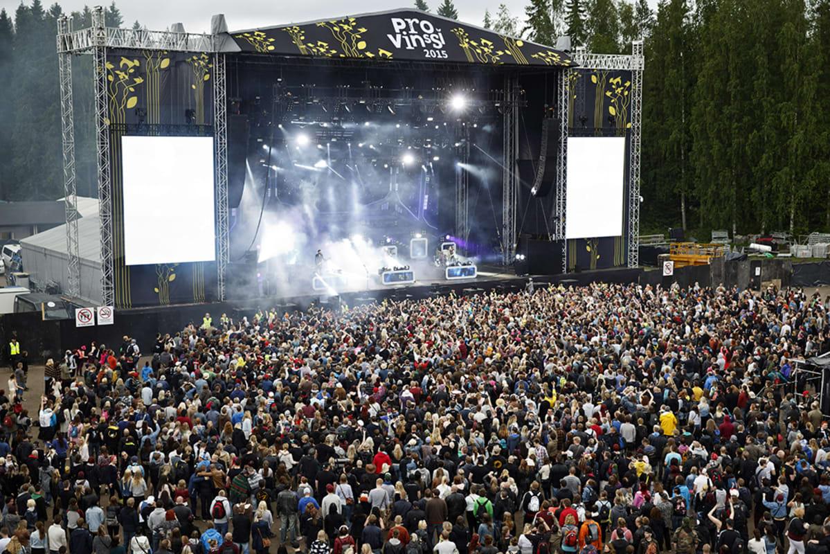 Yleisöä Apulannan keikalla Provinssi-festivaalilla Seinäjoella 27. kesäkuuta 2015.