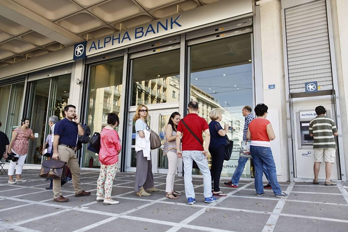 Kreikkalaiset jonottavat pankkiautomaatille Ateenassa 6. heinäkuuta 2015.