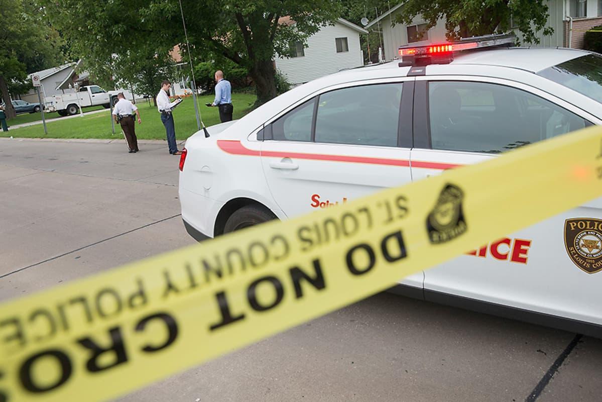 Poliisi tutkii ohiajaneesta autosta tehtyä ammuskelua Yhdysvaltain Fergusonissa 9. elokuuta.