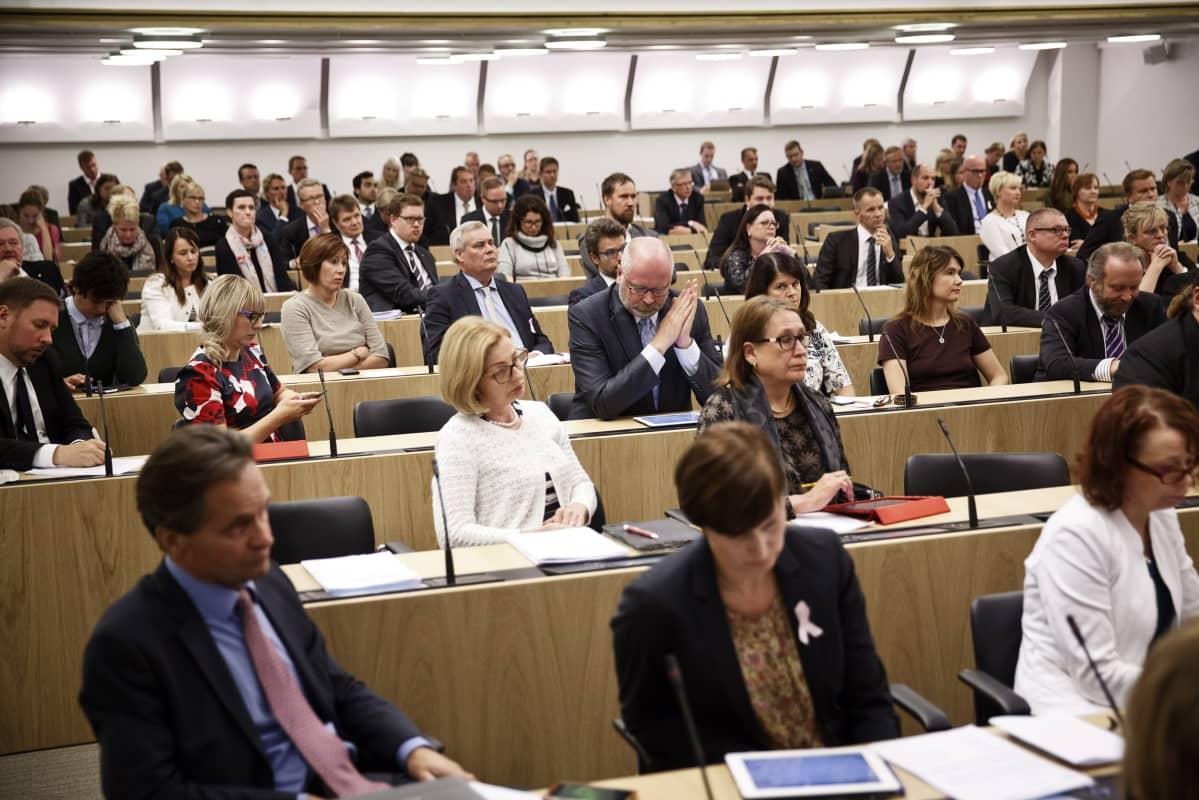 Kansanedustajat seurasivat keskustelua eduskunnan suullisella kyselytunnilla Helsingissä 24. syyskuuta.