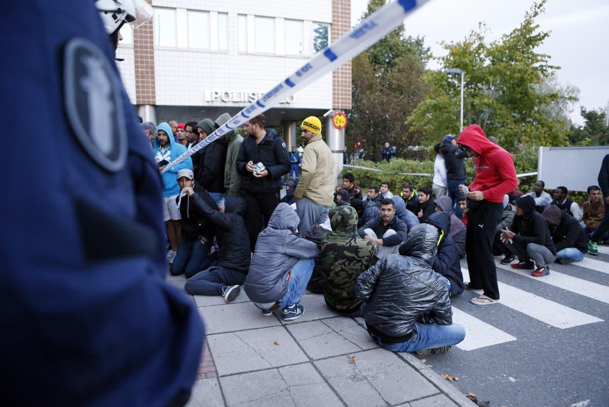 Poliisi vartoi kun turvapaikanhakijat osoittavat mieltään majoitusolosuhteiden takia Oulussa illalla keskiviikkona 30. syyskuuta.