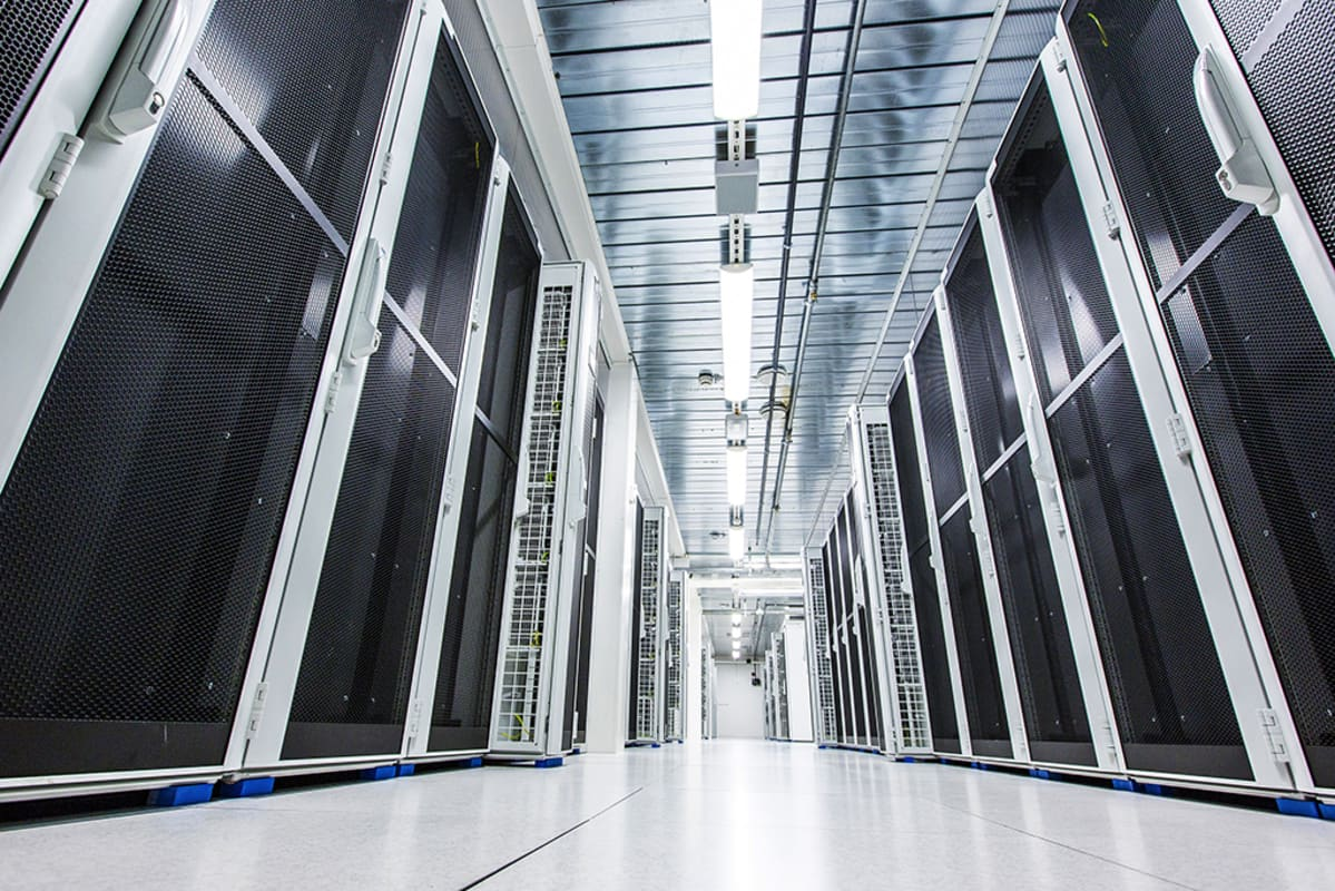 Konesalissa on tilaa kymmenille tuhansille servereille ja konesalin kautta Tieto palvelee satoja asiakkaita.