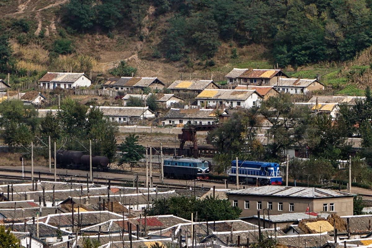 Namyangin kaupungissa Pohjois-Koreassa rata on sähköistetty, mutta sähköpulan takia käytetään dieselvetureita.