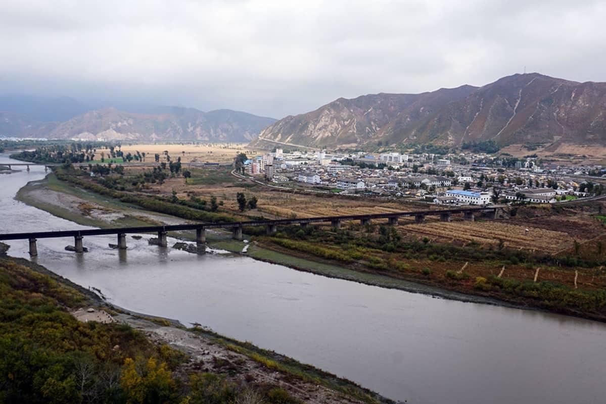 Tumen-joen länsipuolella (kuvassa vasemmalla) on Kiina, itärannalla puolestaan pohjoiskorealainen Namyangin kaupunki.