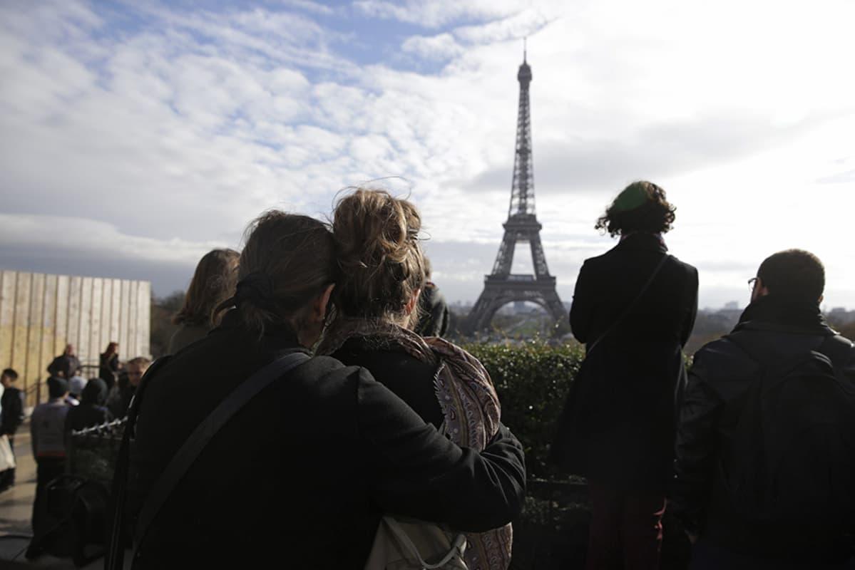 Hiljainen hetki Pariisissa 16. marraskuuta 2015.