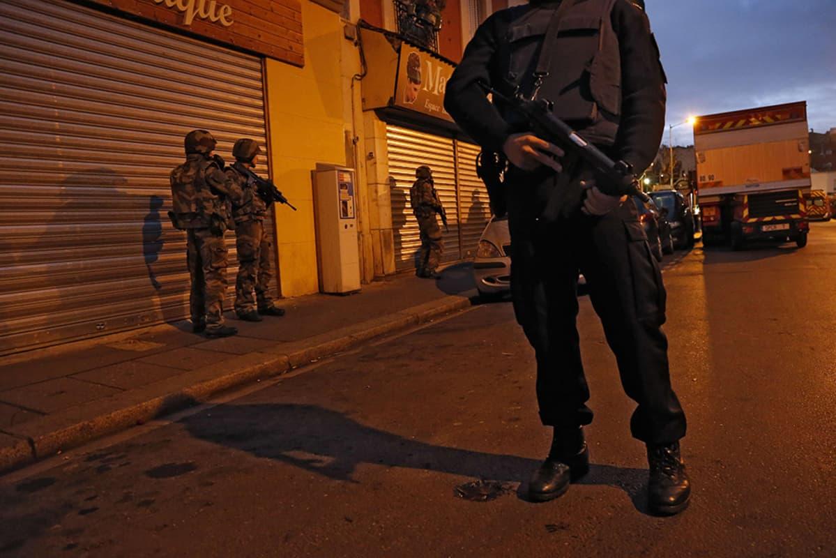 Poliisi ja sotilaita Saint-Denisin kaupunginosassa Pariisissa keskiviikkona.