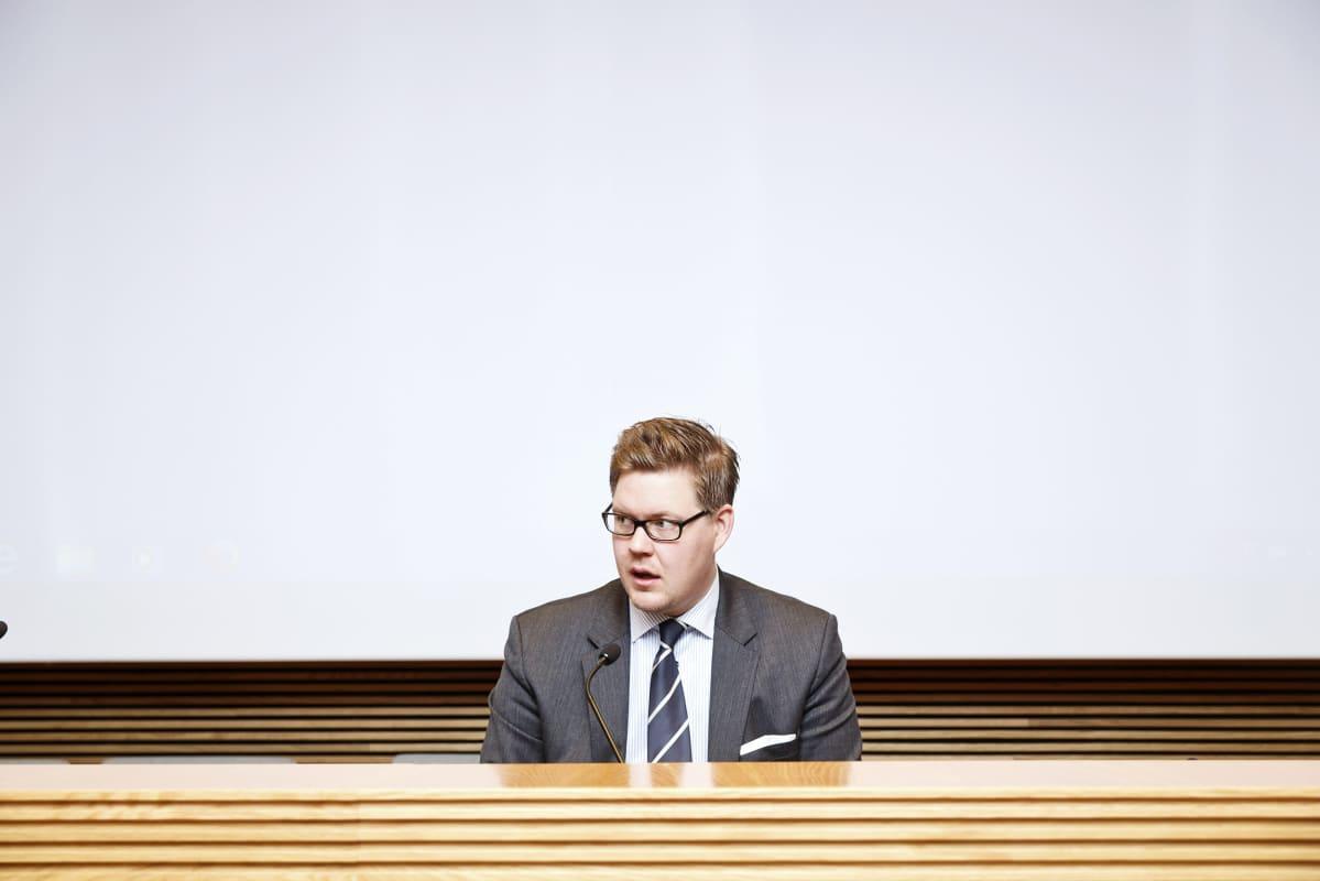 SDP:n eduskuntaryhmän puheenjohtaja Antti Lindtman eduskuntaryhmän ylimääräisessä ryhnäkokouksessa 4. joulukuuta.