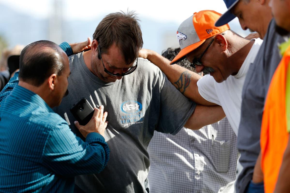 Surmapaikan edustalle suremaan kerääntyneitä ihmisiä Kalifornian San Bernardinossa 3. joulukuuta.