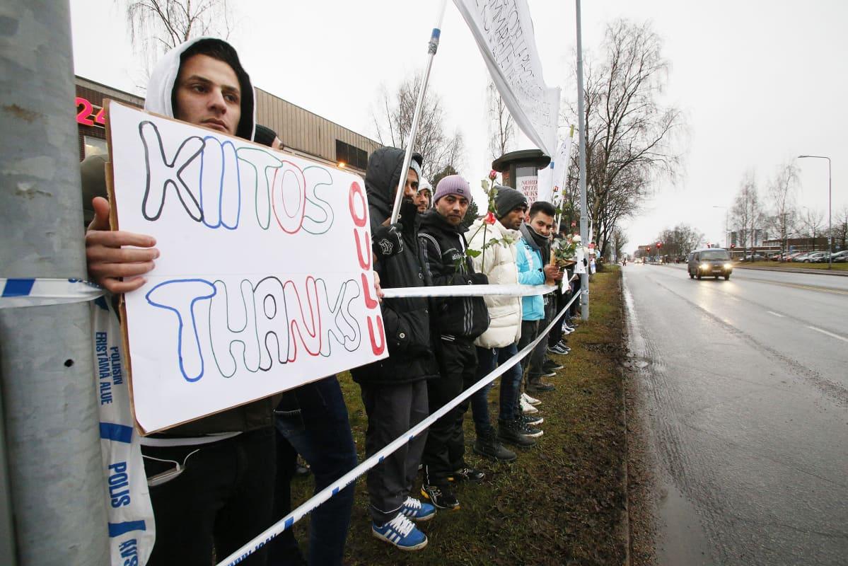 Turvapaikanhakijoiden kiitosmarssi Oulun pääpoliisilaitoksen edustalla 1. joulukuuta.