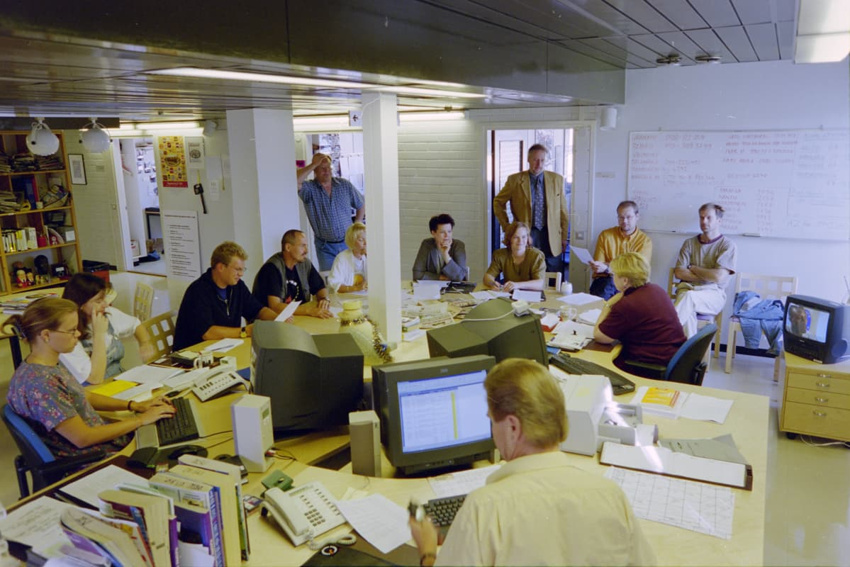 Toimitus mallia 1999 palaverissa Ajankohtaisen kakkosen deskissä.