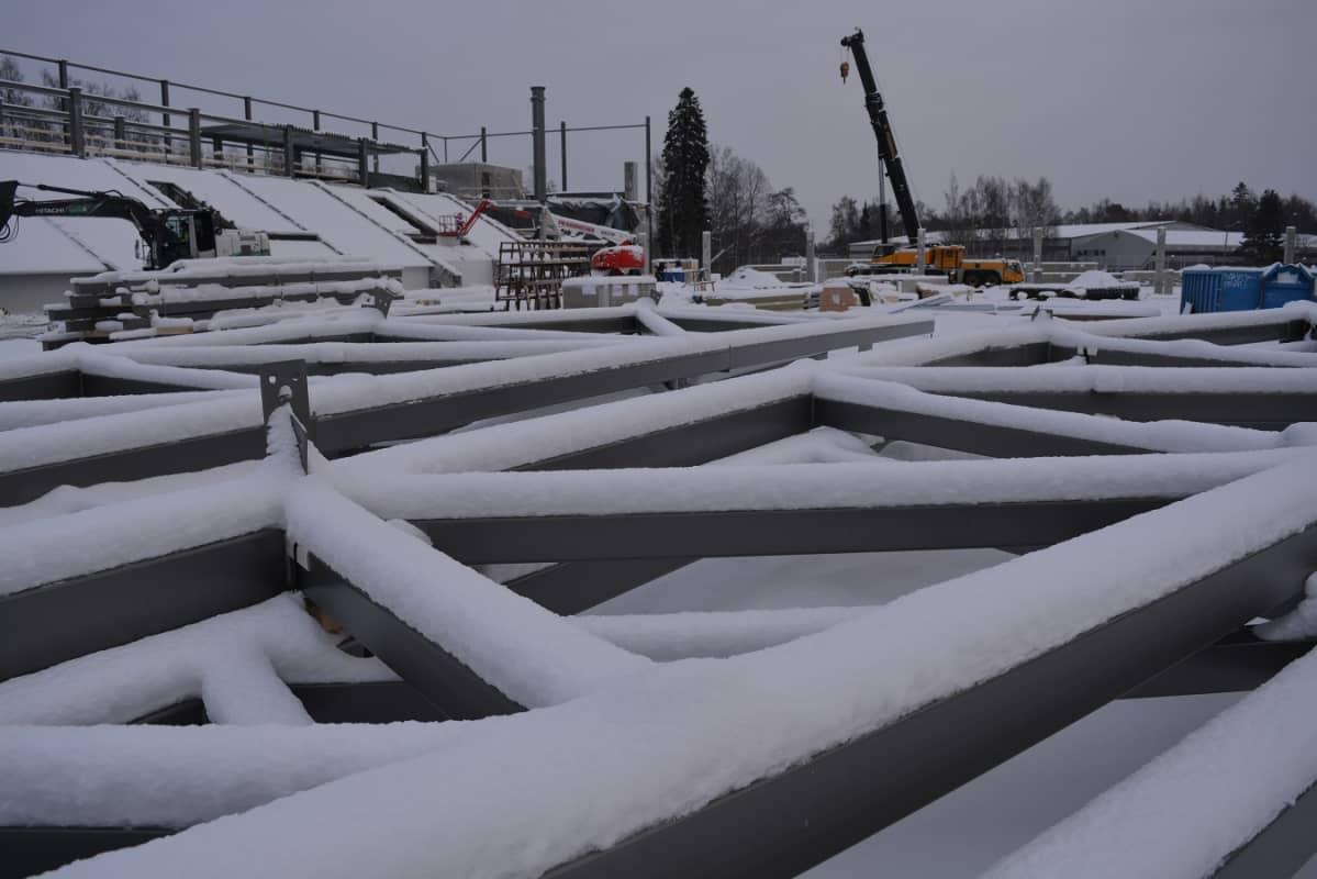 Vaasan jalkapallosstadionin päärakennuksen ristikkoelementtejä.