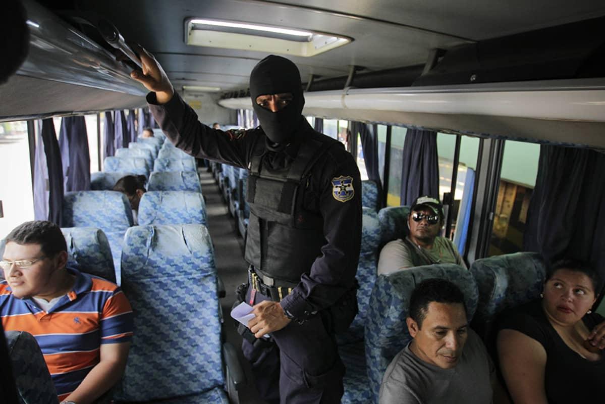 Huppupäinen poliisi bussissa