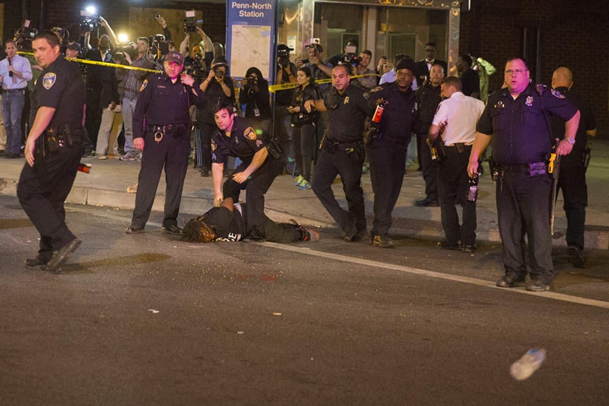 poliiseja ja pidätetty baltimoressa usassa