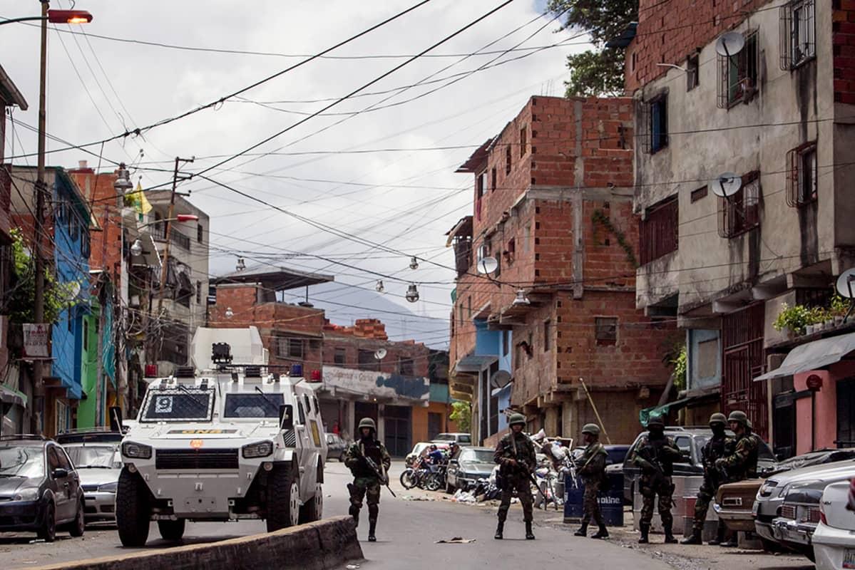 sotilaita caracasin slummissa