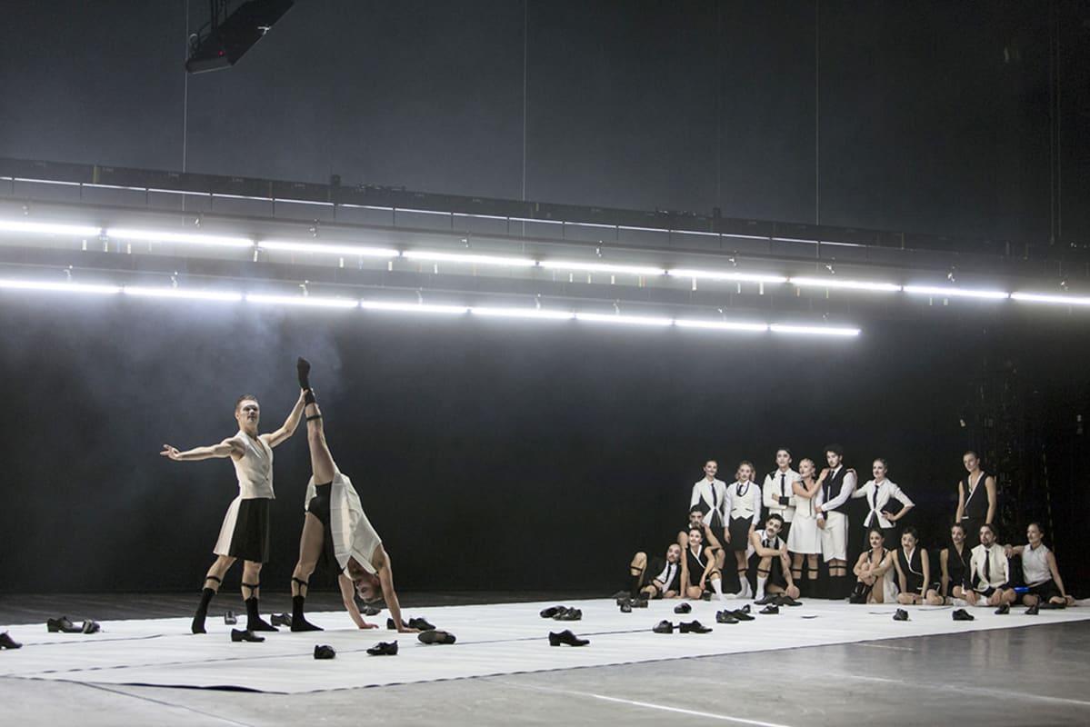 18 balettitanssijaa näyttämöllä