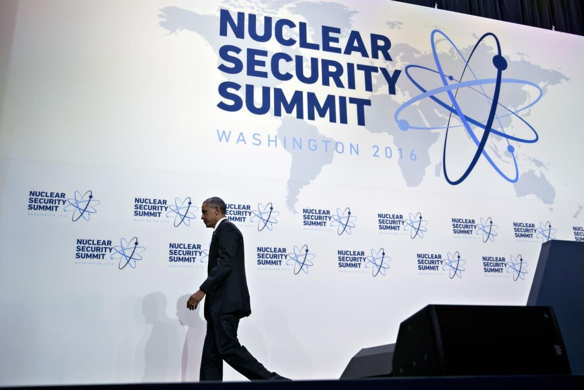 Yhdysvaltain presidentti Barack Obama poistuu ydinturvahuippukokouksen näyttämöltä 1.4. 2016.