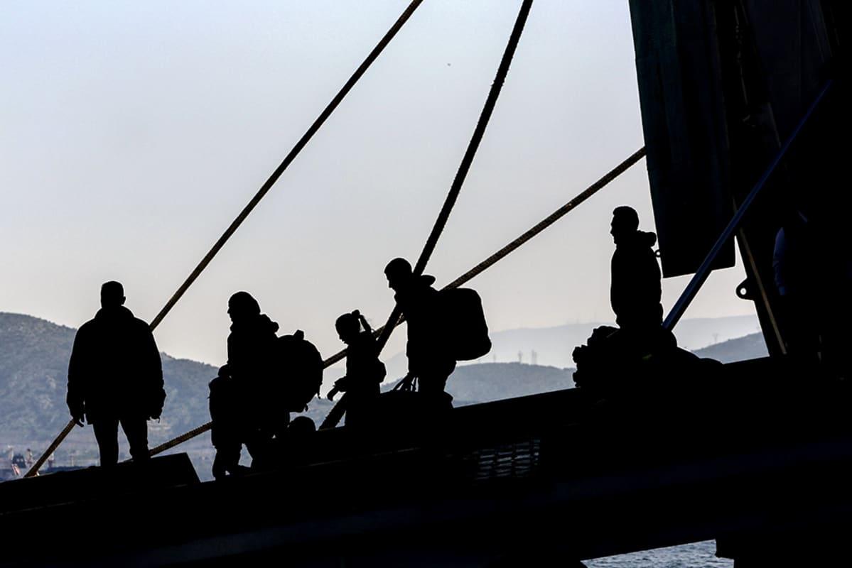 pakolaisia laskeutuu laivasta