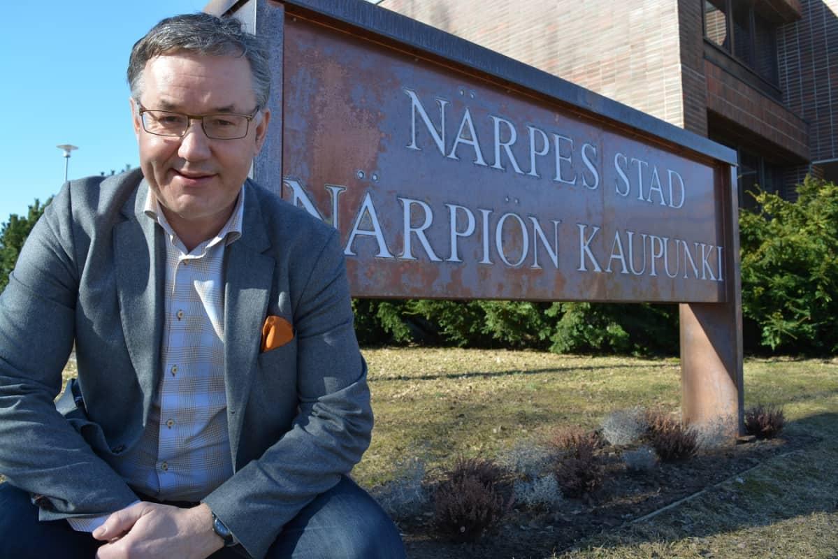 Närpiön kaupunginjohtaja Hans-Erik Lindqvist iloitsee virallisesti kaksikielisestä kaupungista.