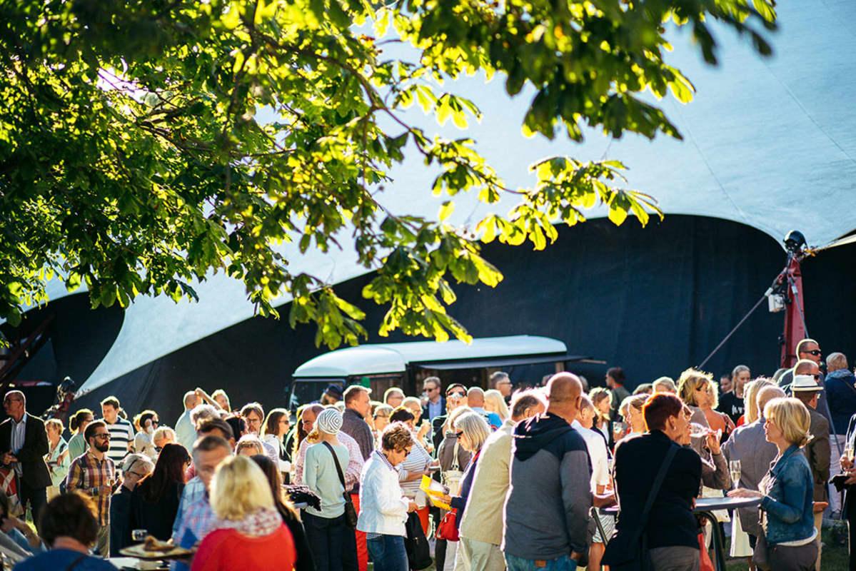 ihmisiä Huvila-teltan edustalla