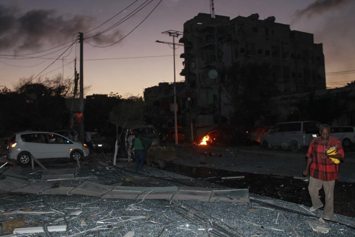 Tuhoja Ambassador-hotellin lähistöllä.
