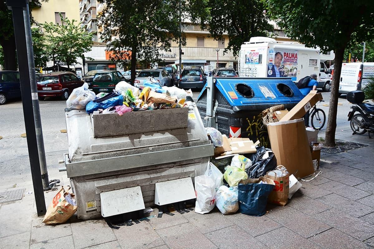 Täysiä jäteastioita kadulla Roomassa.