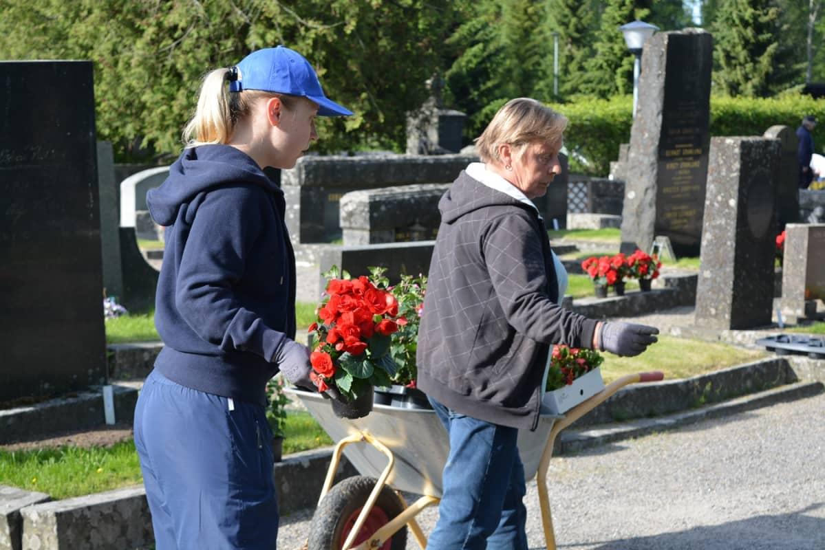 Emma Aallolla ja Christina Lindgrenillä on pitkä työpäivä.