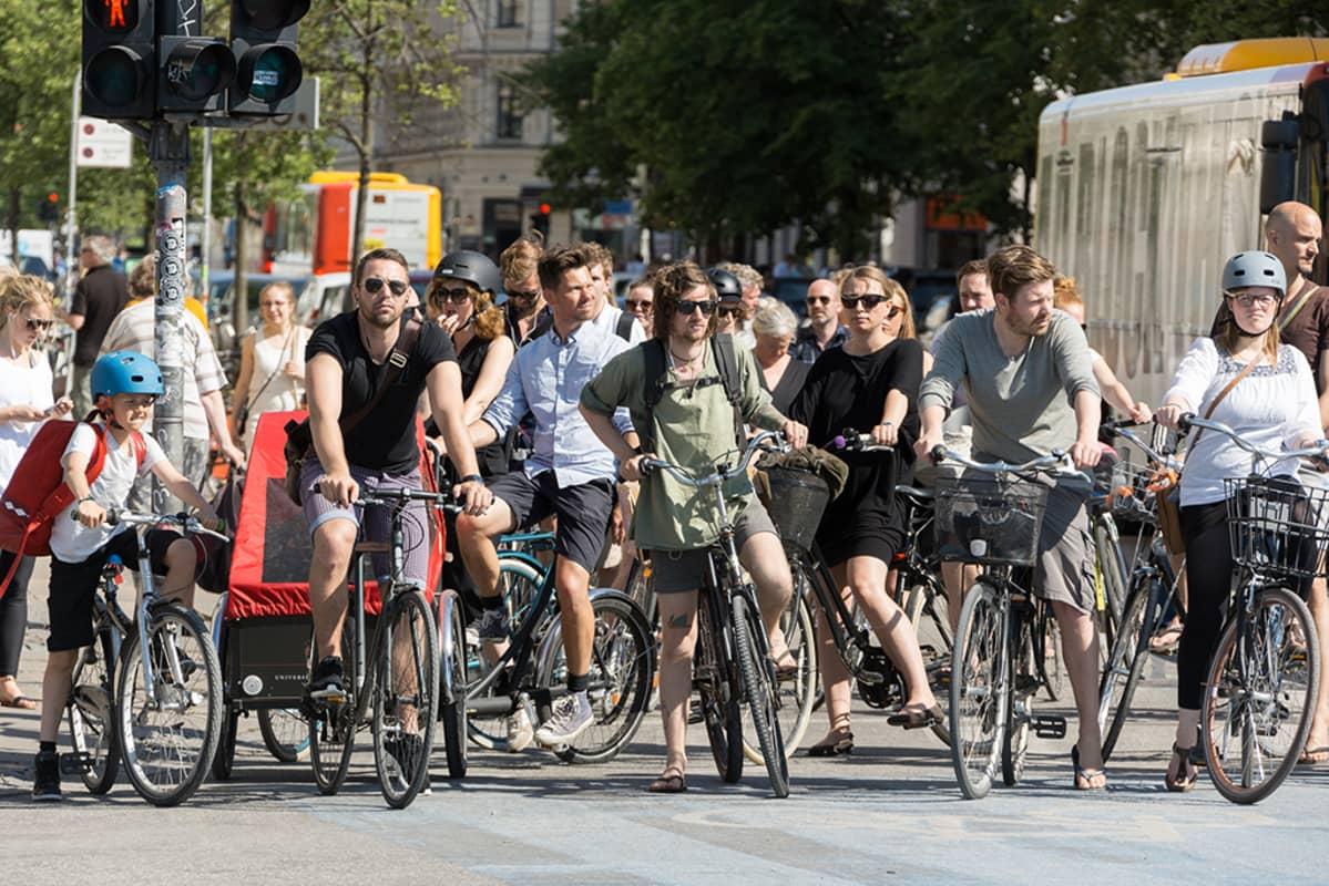 Pyöräilijöitä Kööpenhaminan keskustassa.