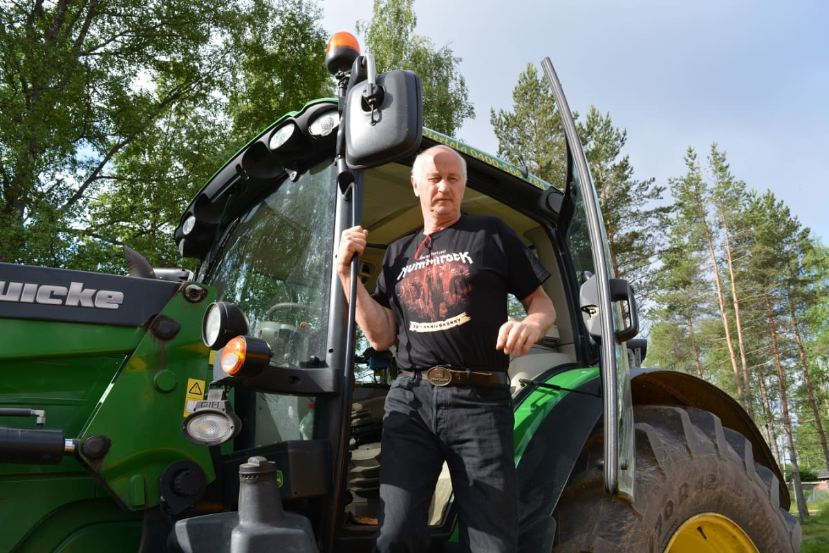 Hannu Viertola tulee ulos traktorista.
