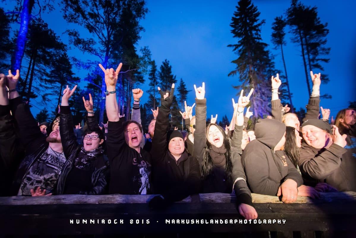 yleisöä Nummirockissa