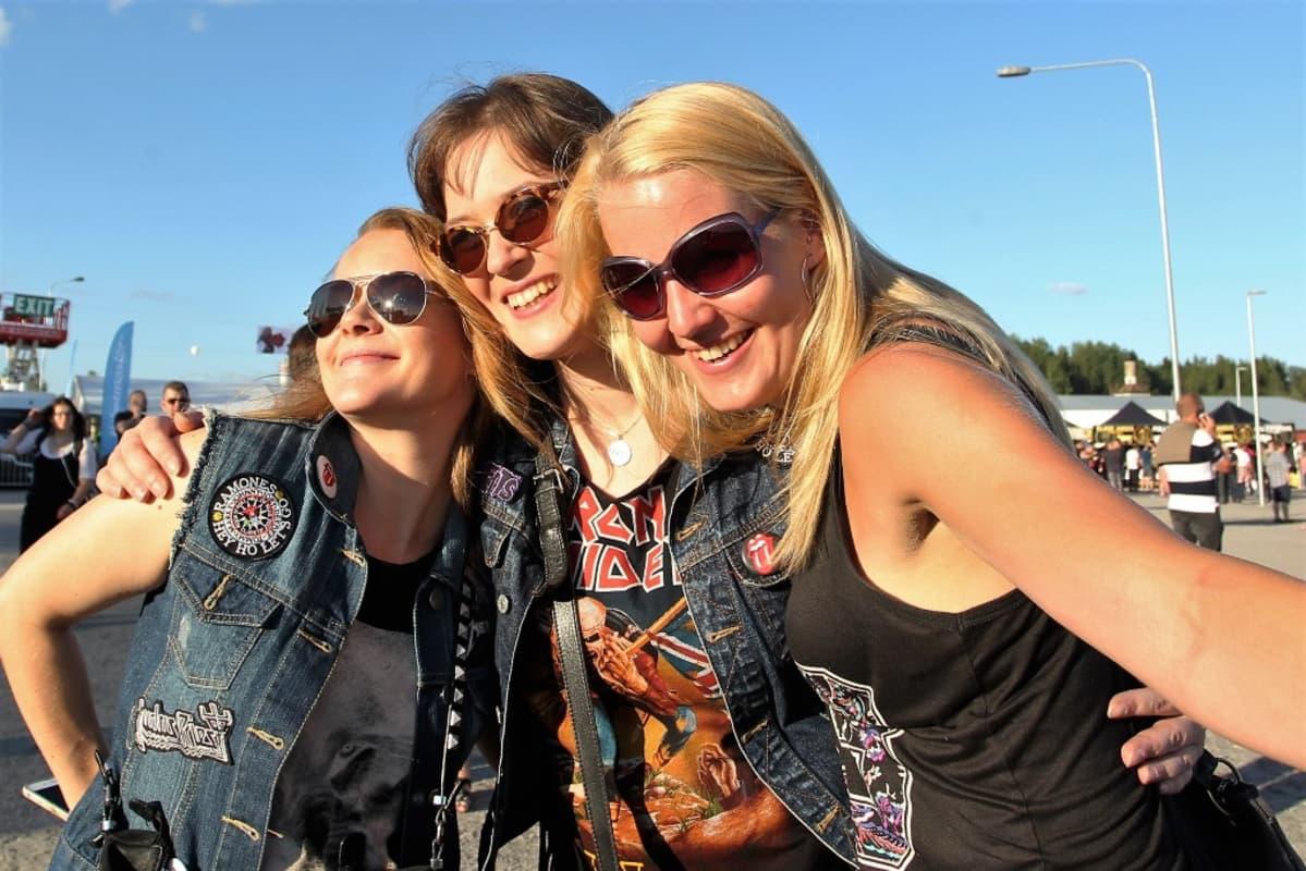 Iron Maidenin fanit paistattelivat kauniissa säässä.