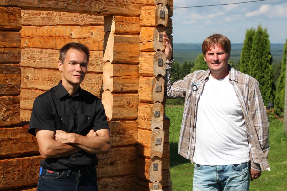Lieksalainen Pasi Kakkinen (vas.) ja kontiolahtelainen Riku Mantsinen ovat pohjoiskarjalaisia hirsirakentajia.