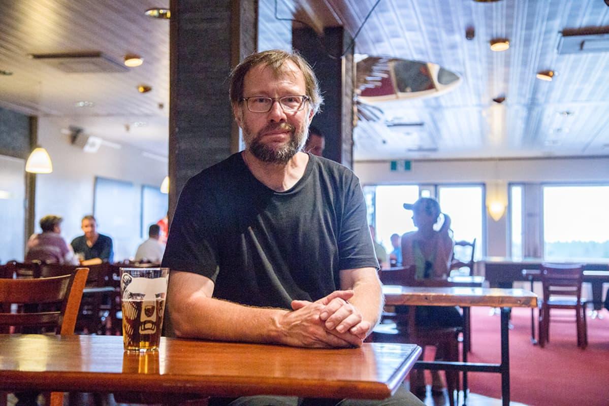 mies oluttuopin ääressä