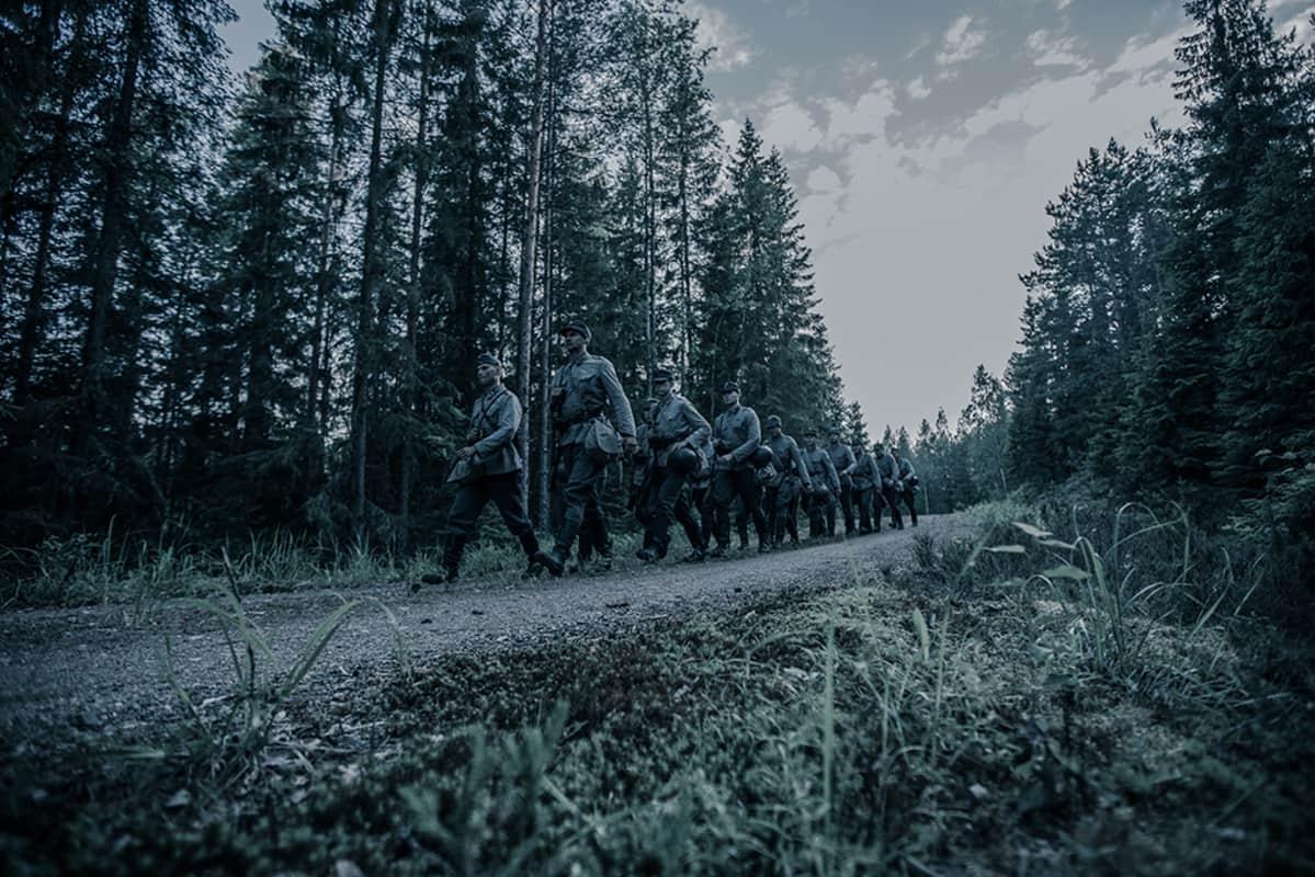 Sotilaat marssivat.