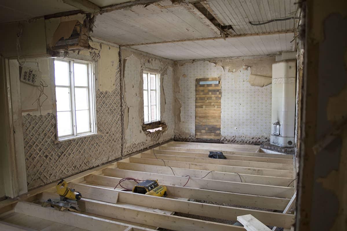 huone, jonka lattia on auki